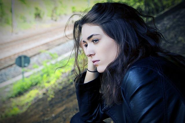 dívka u tratě