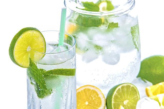 minerální voda s ovocem