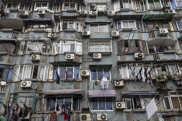 budova s bytovými klimatizacemi