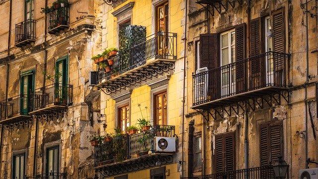 bližší pohled na bytovou klimatizaci zvenčí